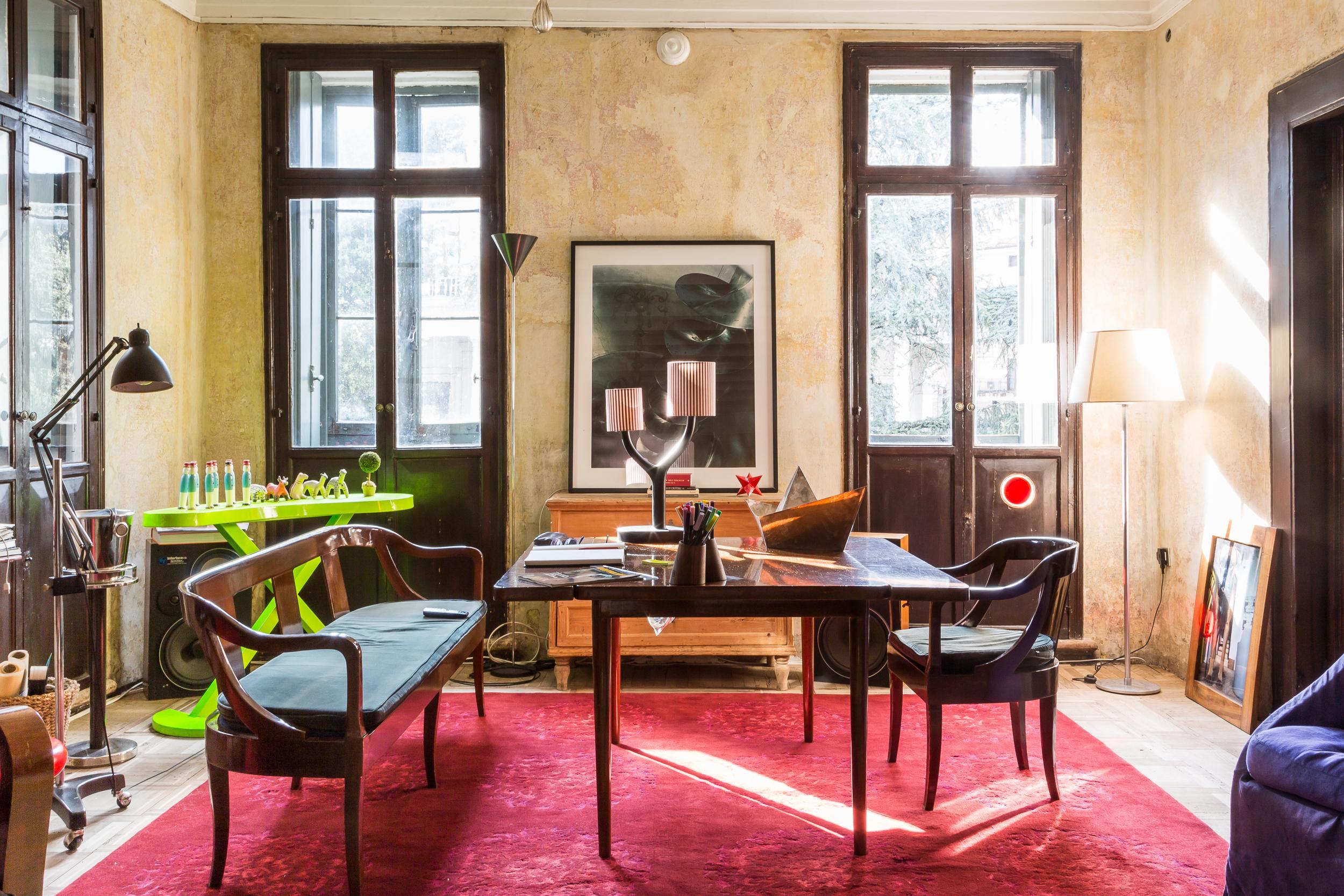 Una colorata panoramica della zona living. Tra gli elementi, protagonista è YTree, una lampada da tavolo realizzata con base in ceramica di Bassano, smaltata e lucidata, e paralume in tessuto di cotone a righe verticali.