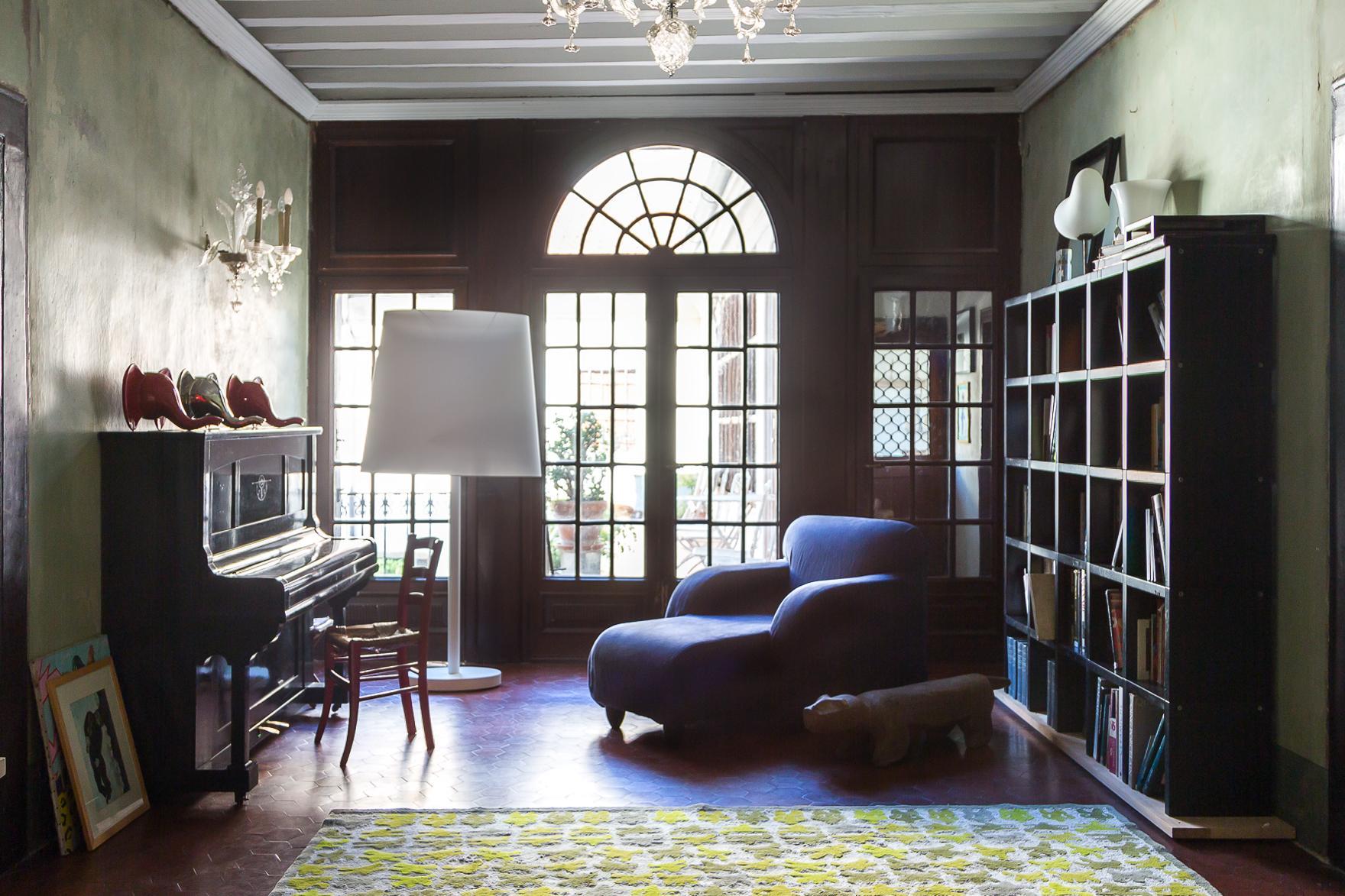 Nella sala musica spicca, oltre alle teste di elefante Eleph,  Lalong, una stupenda chaise longue realizzata con struttura in legno e rivestita in tessuto di cotone.