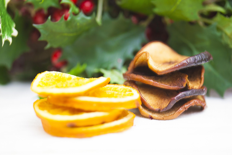 Prendete le fettine di mela e arancia precedentemente essiccate.