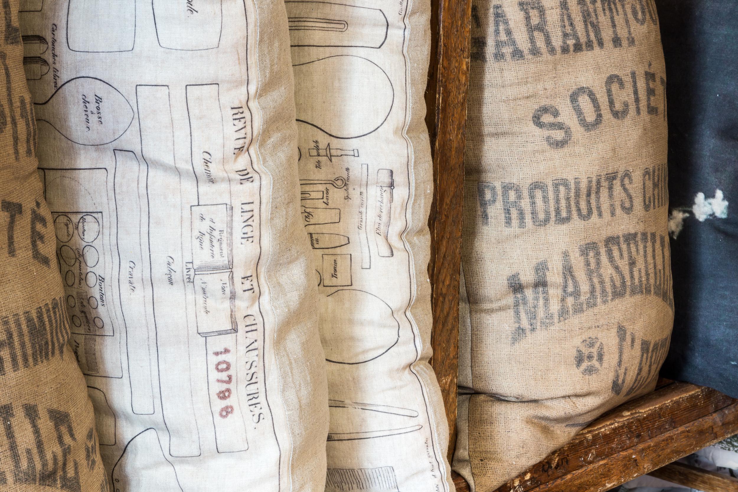 Da Raw non mancano mai i cuscini ricavati da vecchi sacchi industiali