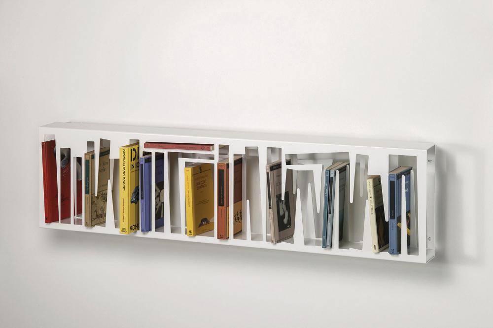 Disegnata da Davide Radaelli, la libreria a parete di LetteraG è una scultura per la cultura, caratterizzata da sagome e vani in cui inserire i libri secondo un ordine predefinito.
