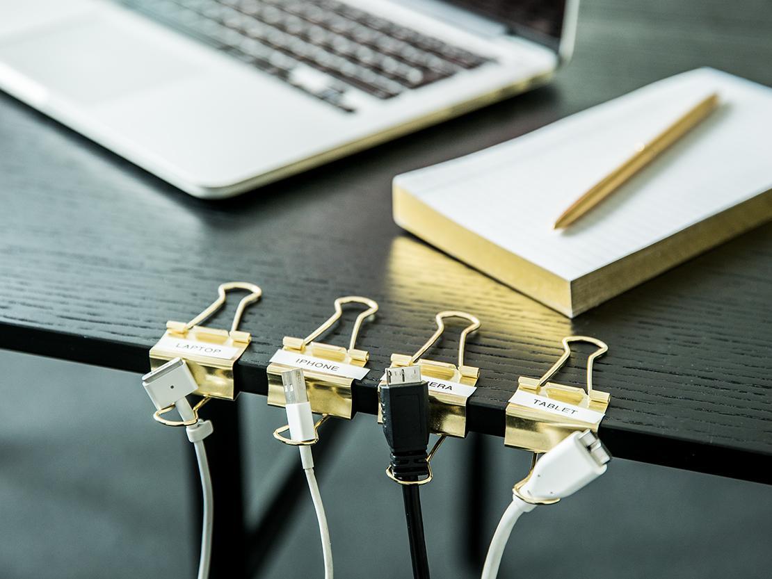 kabels-wegwerken-met-papierklemmen