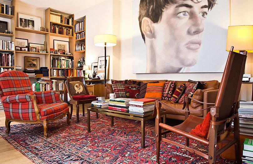 Sztuka, moda i etniczne inspiracje w paryskim apartamencie