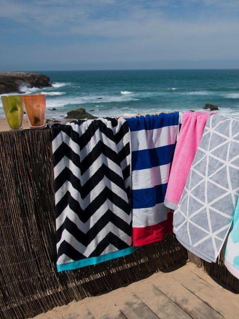 Terrasse à la mer avec canisse et serviettes de plages multicolores