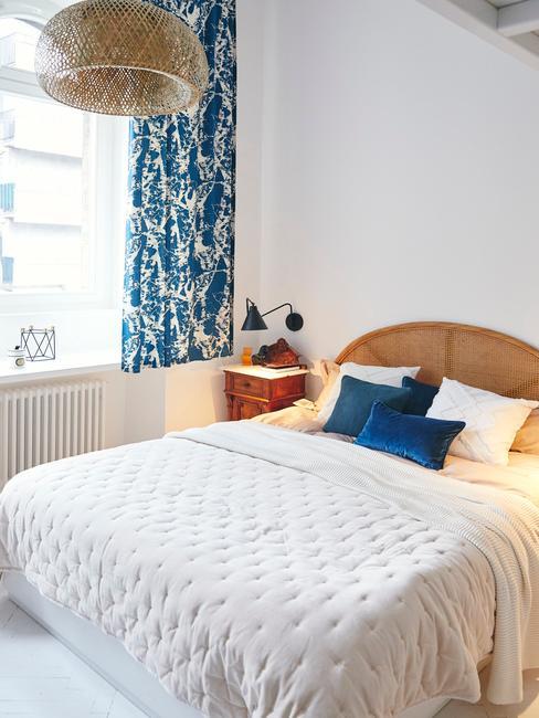 Biała sypialnia z tekstyliami w kolorze Classic Blue