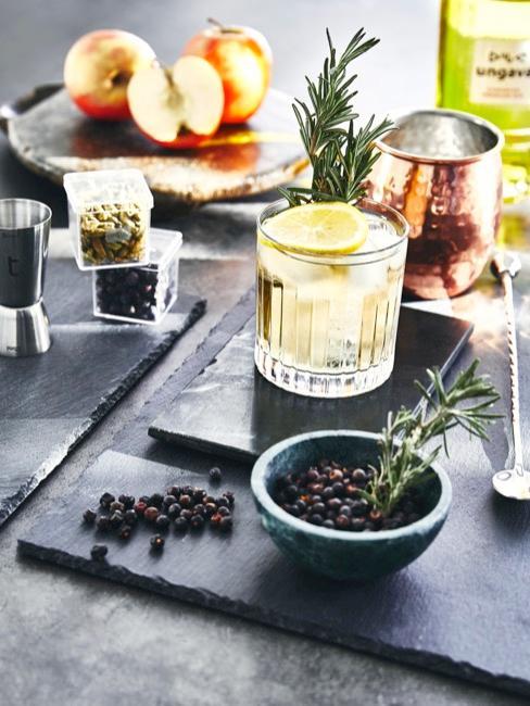 Schieferplatte als Untersetzung für Gin