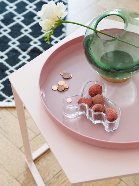 Rosa Tablett auf rosa Beistelltisch in Wohnzimmer
