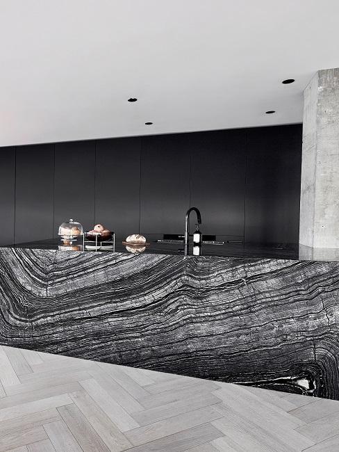 Schwarze große moderne Küche