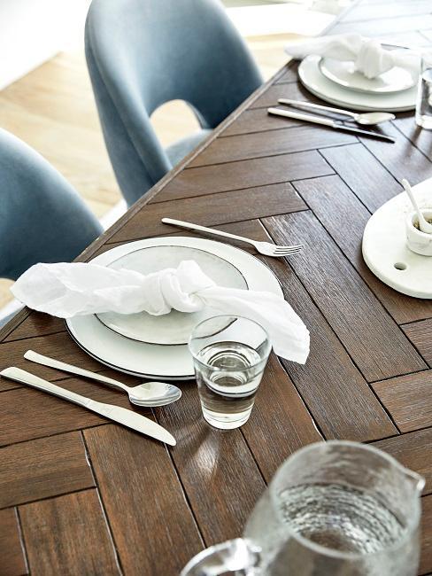 Dunkler Esstisch mit weißem Tischgedeck