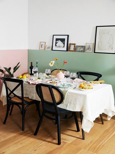 Esszimmer in Hellrosa und Hellgrün mit schwarzen Stühlen