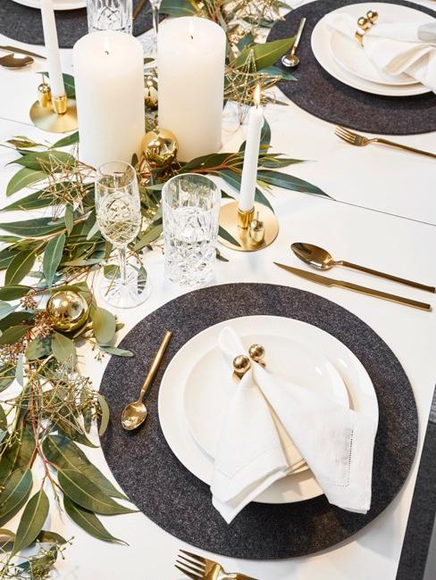 Gedekte tafel met moderne decoratie