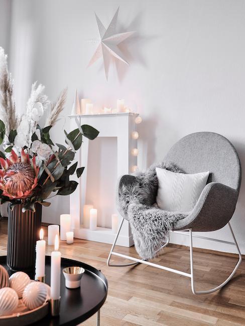 Salon z dekoracją zimową, taką jak świece, gwiazdy i łańcuchy świateł.