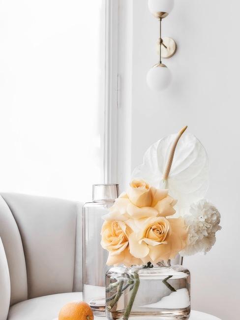 Kwiaty umieszczone w wazonie na stoliku bocznym, jako prezent dla babci