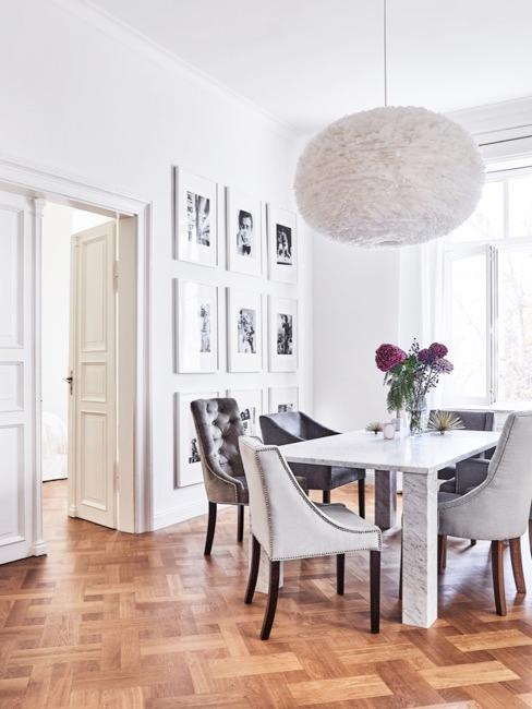 Grote hanglamp in oude woning eetkamer