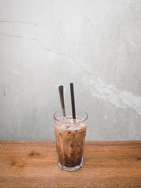 Cold Brew Coffee in un bicchiere sul tavolo da pranzo