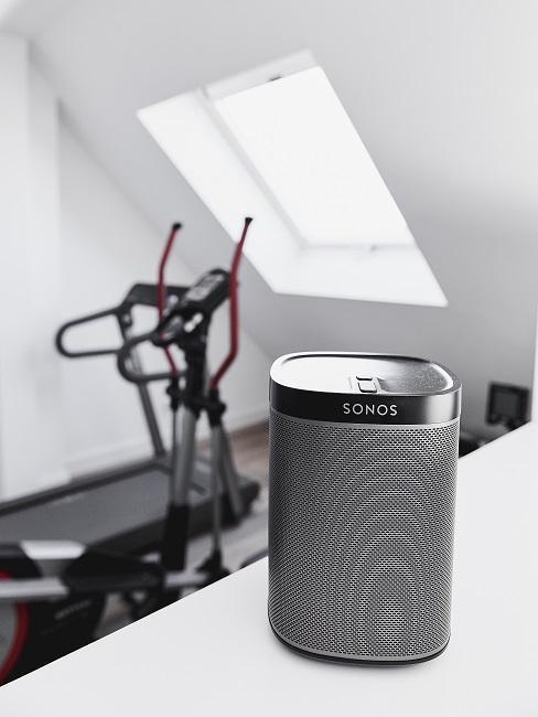 Sonos Musikbox in weißem Zimmer mit Sportgerät
