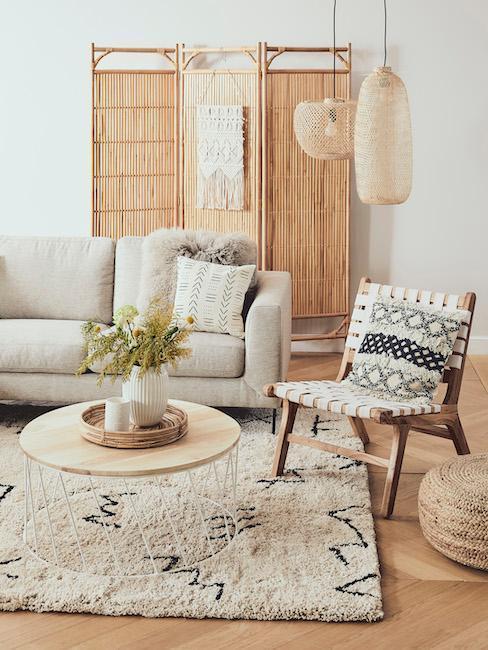 Sala de estar en tonos beige y gris