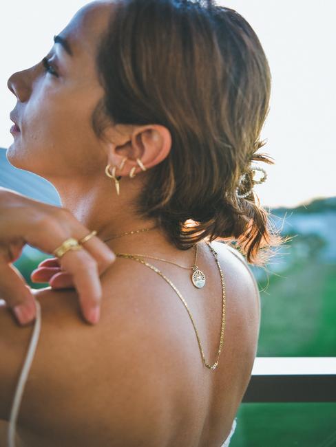Femme de dos avec bijoux