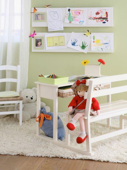 Bureau d'enfant à la maison en bois blanc, avec jouets et accessoires d'apprentissage