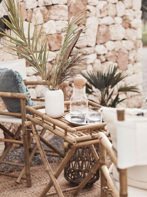 balcone con piante e mobili da esterno