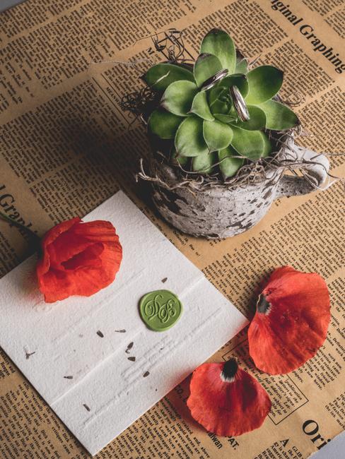 Kaart en blomen op een krant