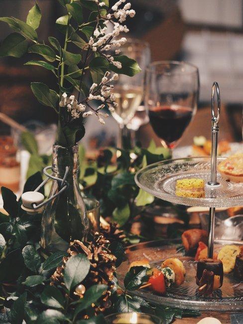 Eten en drinken op een feestlijke tafel