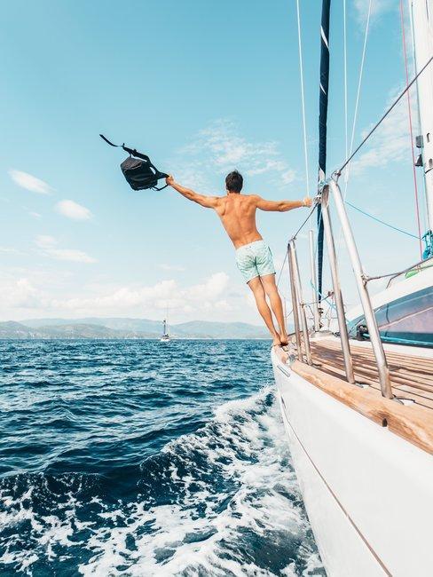 Oceaan witte boot man met tas