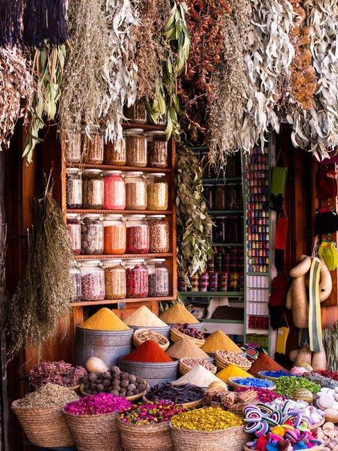 Kleurrijke kruidenwinkel met gedroogde bloemen