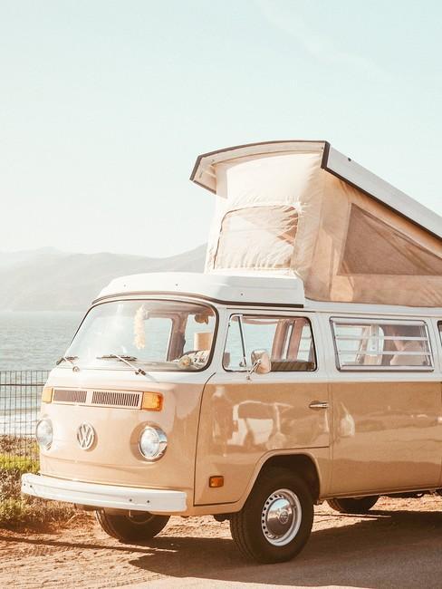 Volkswagenbusje oude roze kleur met uitklapbaar dak om te slapen