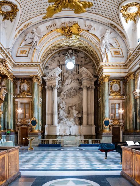 Barok stijl wanddecoratie goud met wit en blauwe tegels op de vloer