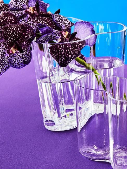 Indigo kleur op tafel met glazen vaas en bloemen