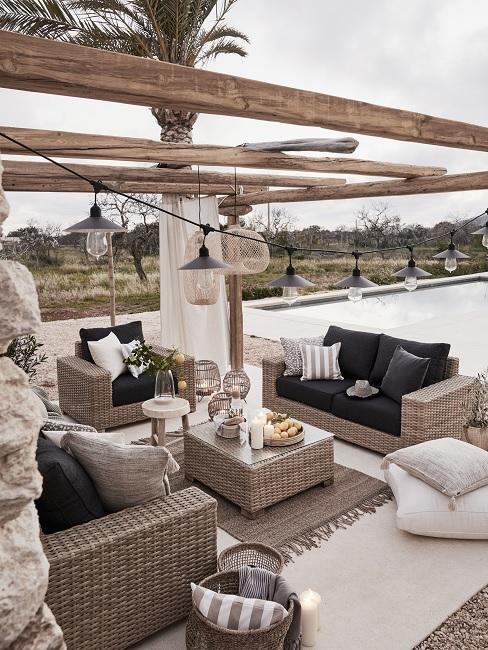 Mediterrane tuin met pergola en rieten tuinset