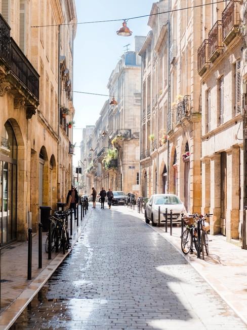 Straat in Parijs met traditionele gebouwen met franse balkonnetjes