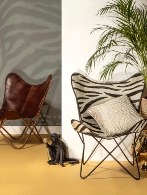 sillón con estampado de cebra, lampara mono