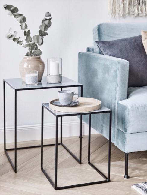 Sofá azul grisáceo y mesas auxiliares metálicas