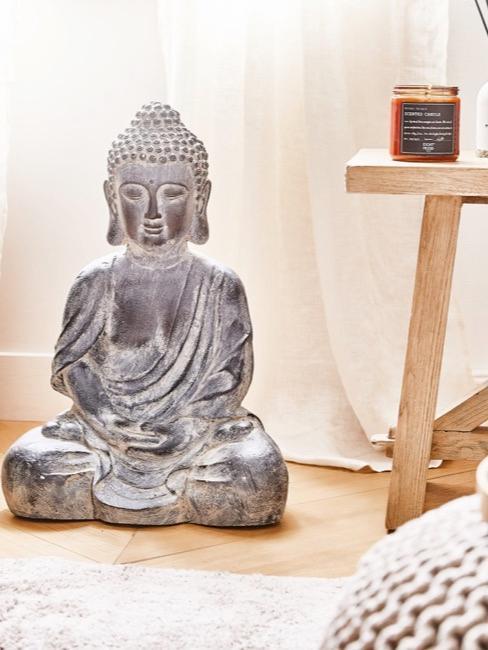 Orientalische Deko wie Buddah, Kerzen udn Laternen auf dem Boden dekoriert