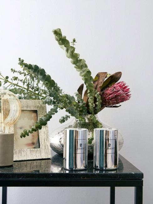Sztuczne kwiaty w wazonie na stole pomocniczym