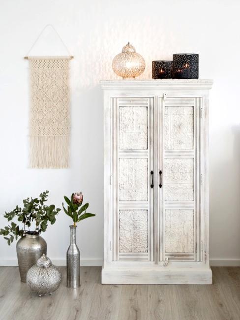 armario blanco al estilo indio con macramé