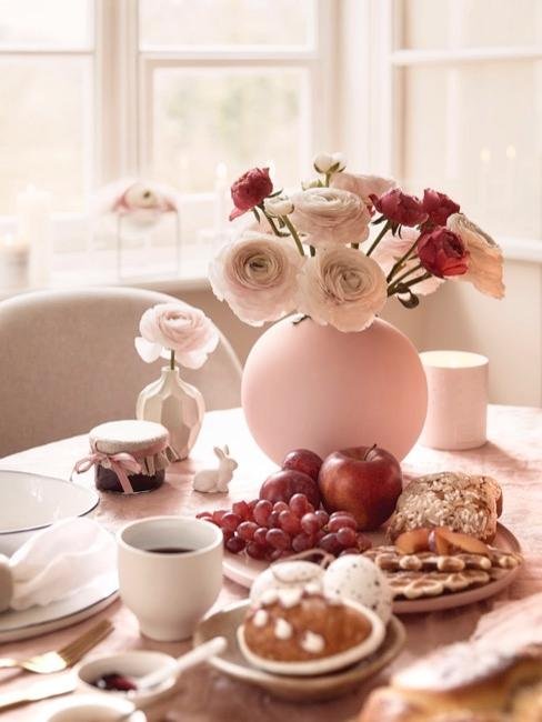 Mesa de Semana Santa con flores y tonos rosados