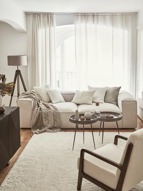 Salón con cortinas y sofa blaco