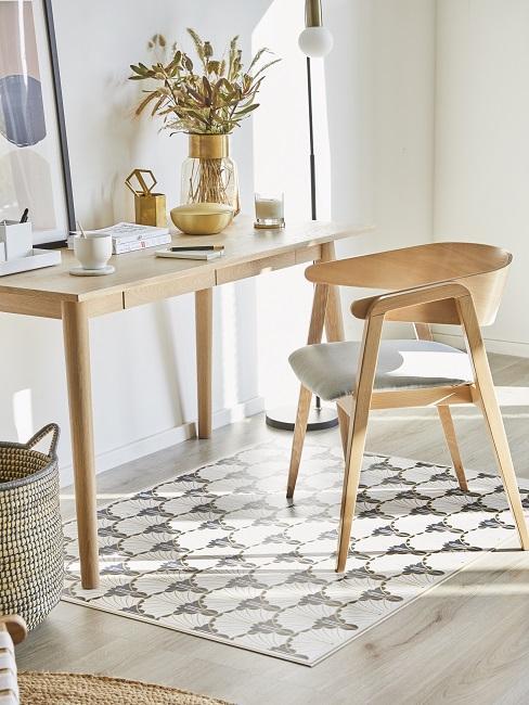 Stuhl und Tisch aus Holz im Hygge Style