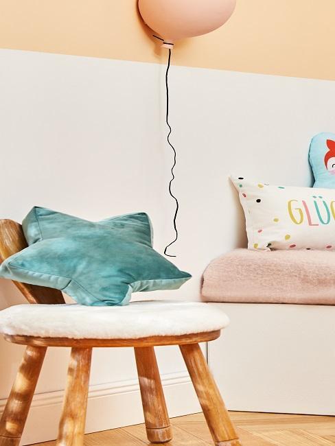 habitación infantil decorada con un globo y cojin en estrella