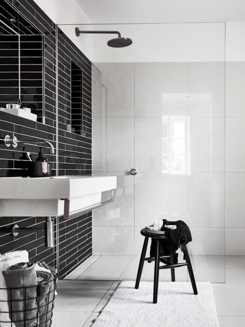 Schwarz weißes Badezimmer mit Fenster - hier kann durch Lüften die Enstehung von einer Silberfisch Plage vermieden werden