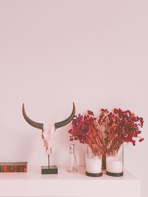 Western Deko auf einer Anrichte neben einer Vase und Kerzen
