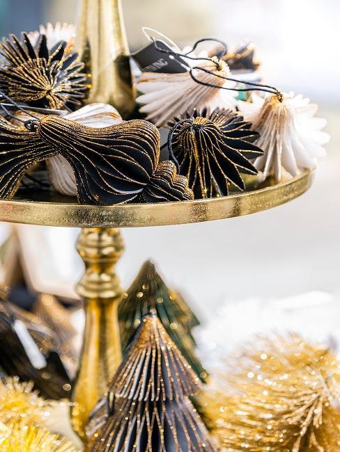 EIn goldfarbenes Etagere mit glitzernder Baumdeko aus Papier
