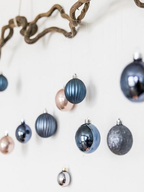 Ein Ast mit ganz vielen Weihnachtsbaumkugel daran aufgehängt