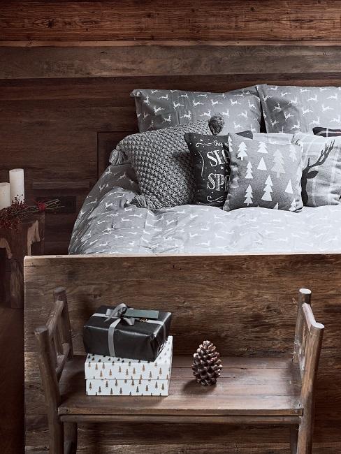 Schlafzimmer komplett aus Holz mit einer Bank und Tannenzapfen