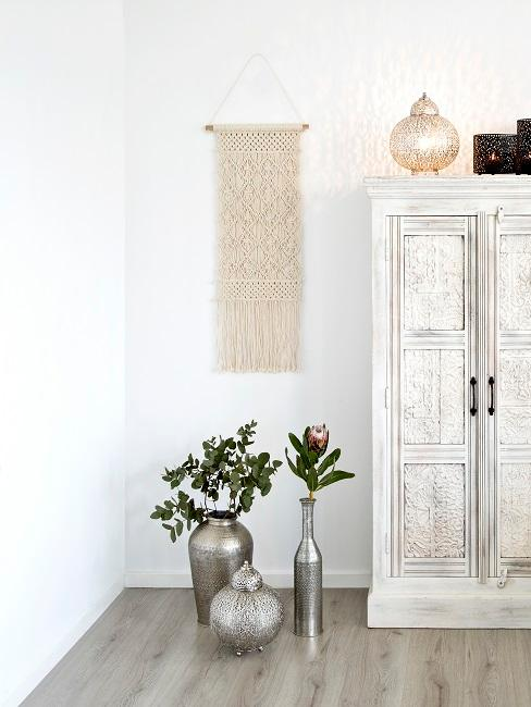 Makramee Wandbehang hängt im Schlafzimmer an der Wand.