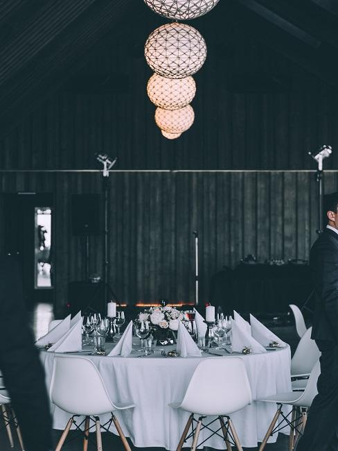 Runder Tisch mit Tischdeko ganz in Weiß gemixt mit Silber