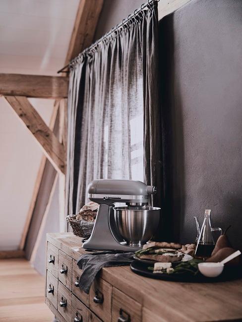 Skandinavische Küche Theke aus Holz und grauer Vorhang